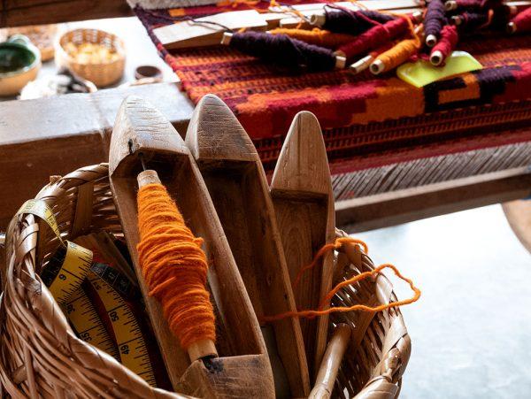 Telar de Pie donde se elabora una alfombra